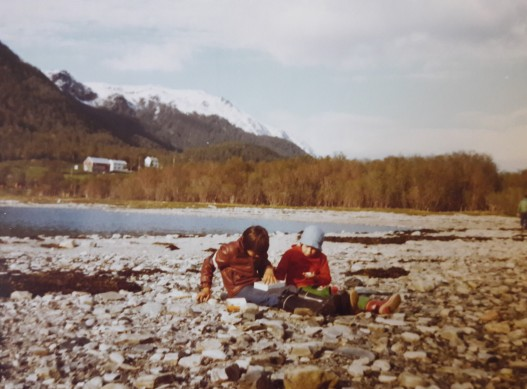 Kiviä ja simpukoita keräämässä; Alta, Norja