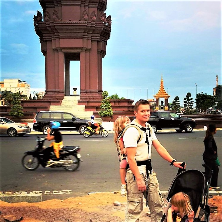 Isä ja lapset liikenteen seassa Vietnamissa