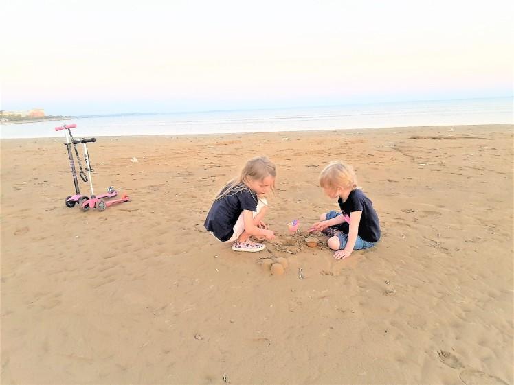 Heikkaleikkejä rannalla
