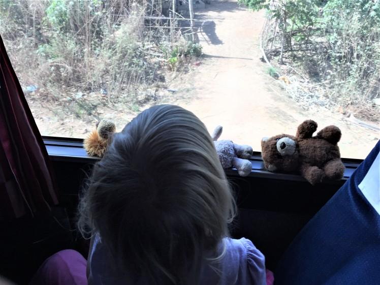 Matkakaverit päiväunilla bussin ikkunalla, Kambodia