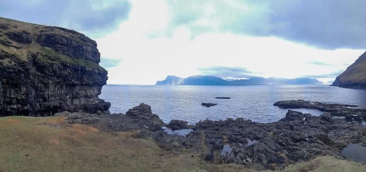 Kalliojyrkänteitä ja laavamuodostelmia Gjógv, Färsaareet