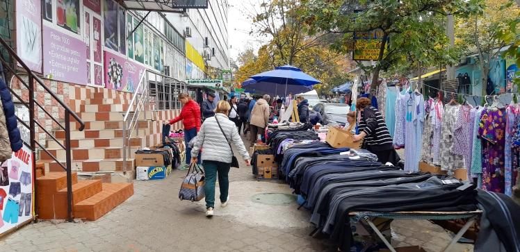 Kauppakojuja Chisinaun kadulla sunnuntai aamuna